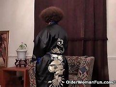 American milf Marie Black loves dildoing her nyloned muff