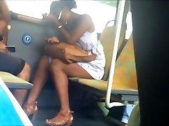 salope dark-hued dans le bus