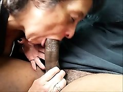 Hungrig Oma isst ein großen schwarzen Schwanz