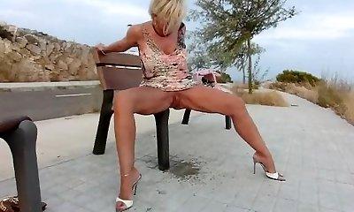 Sexy Lady B urinate