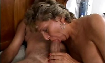 Mature is getting her sloppy caboose fucked