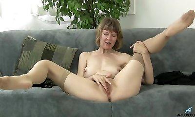British mommy rubbing her clit