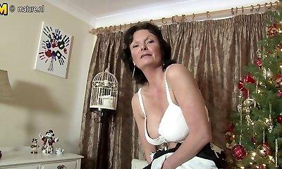 Sexy Brit MILF loves to masturbate