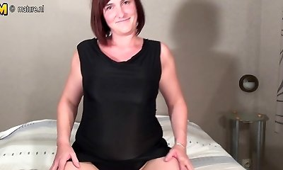 Amateur mother enjoys to work that pussy