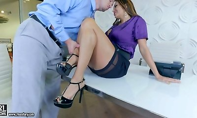 Provocative mommy Ava Addams satisfies a boy with footjob