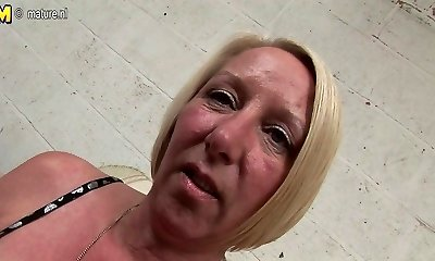 Pierced housewife masturbating until she drizzles