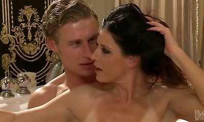 Sexy mommy with inborn body India Summer gets all crevasses banged