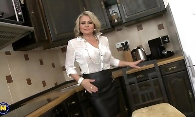 Super mother with saggy melons and gigantic pussy
