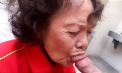 Oma in oeffentlicher Toilette