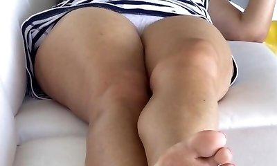 upskirt unaware mom in cute panties