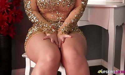 Chubby platinum-blonde mommy Nikki Lee unveils her nice ass