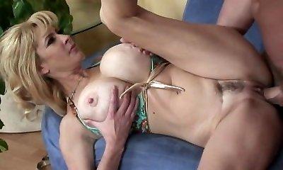 Thirsty mommy Tara Moon makes her man finish off