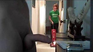 mutatja a takarító hölgy