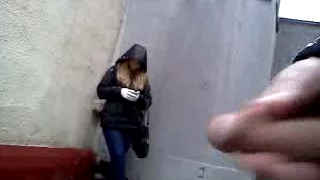Cumshot előtt szép lány az utcán