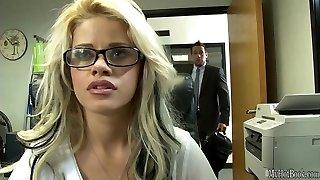 kui fantastiline, prillid riietatud, blondie sekretär jessa rhodes, saime tööd