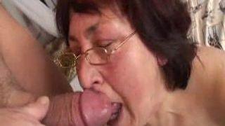 Karvane vanaema klaasid perses tüdruk