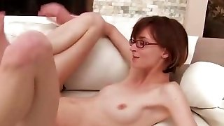 Nerdy tüdruk prillid võtab tohutu kukk