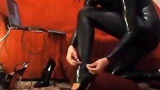 berúc na catsuit a vysoké podpätky