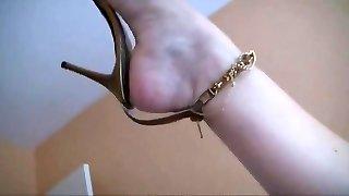 nádherné zrelé nohy v sandáloch