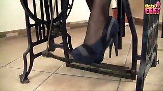szép babát hord magas sarkú cipő petra varr a varrógép