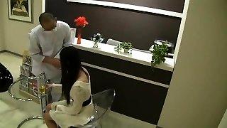 asiatiska milf ger tvål massage