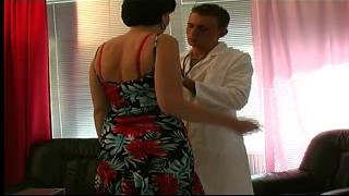 Milf con Bella Capezzoli curato da un Giovane Medico