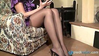 super-naughty pruun karvane hottie flavia näeb välja vastupandamatu must nailon sukkpüksid