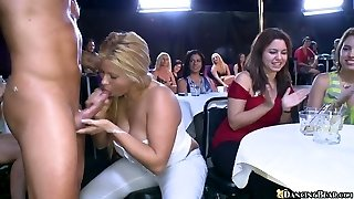 vrah striptérka baví velký dav divoké dívky tančí nahý v baru