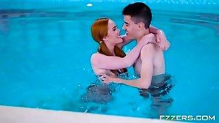 Ella Hughes A Jasmine Webb V Bazénu Moje Pravidla