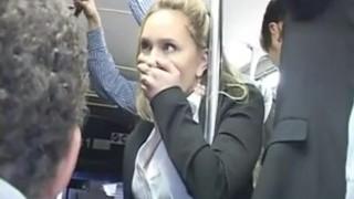 Nadržaná blond tápal do viacerých orgazmus na autobus a v prdeli