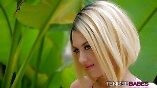 bláznivý blond zlato s tetování emma mae faps venku