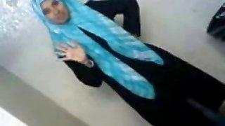 prächtige arabische schülerin setzt ihr vermögen freund