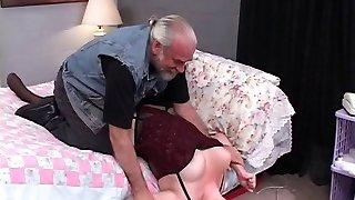 luksuslik, kopsakaid brünett on seotud ja porked diivanil vanem mees