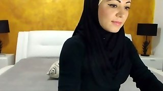 Sexy Arabic Beauty Cums on Camera