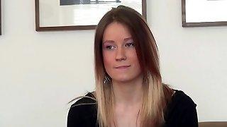 a csinos magyar lány a kakas-szorította illik bod egy meghallgatás
