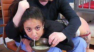 kõrvetav must orjastatud nümf, mille eest karistatakse tassi jizz