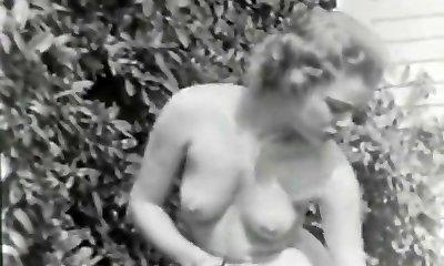 נטוריסט עלמה תופס נהדר עירום בגן (1950 וינטאג')