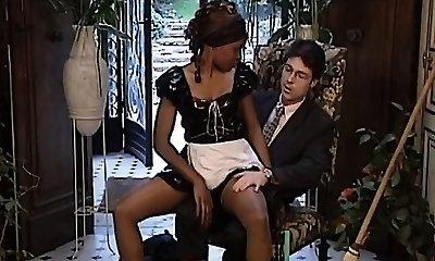 סופר-סקסית כהה מהמבנה העוזרת מקבל אותה אולטרה-חמוד חזק פון שבע