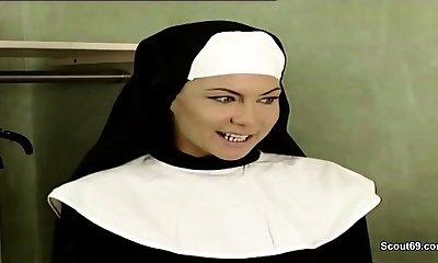 גרמנית נזירה לפתות כדי לדפוק על ידי Prister קלאסית פורנו וידיאו