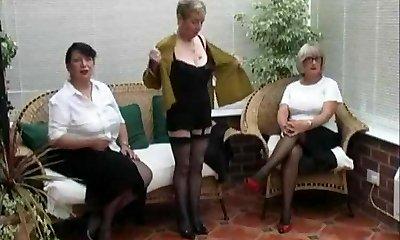 בציר להפשיט מתוך שלושה בוגר הכפר נשים