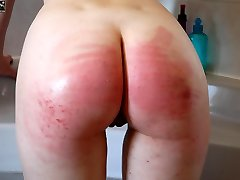 Naked and wet beauty strapped on her big bottom at bathtime