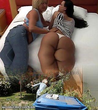 великолепная т-модель получает голову от ее супер-парной подруги в постели