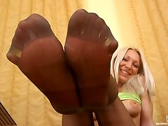 Kinky blonde dame peeling off her denim and adoring her nyloned soles