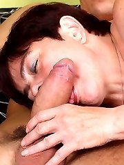 Horny mature babe Simone flaunts her chunky ass while dishing out an excellent blowjob