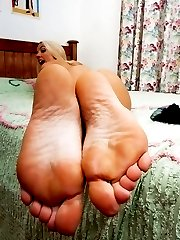 Sweeet blonde Taylor stripping off her ff nylons to tease with her toes!