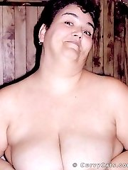 Amateur BBW wife squishes her big boobs