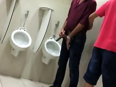 पकड़े गए 2 लोग शौचालय पर