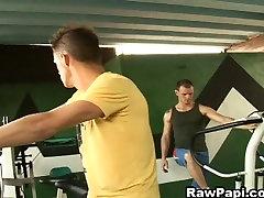Muscular Latino Gays Bareback kompoz euro 2018 In Gym
