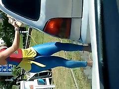 자동차 씻는 소녀에서 브라질 스판덱스를 입고