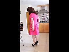 गुलाबी रंग की पोशाक पुचकारना